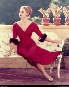 Christmas tres chic. | | #RED #hautecouture #couture #fashion #glamour #moda #dress #actress #icon #GraceKelly