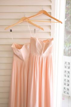 love the color of these bridesmaid dresses