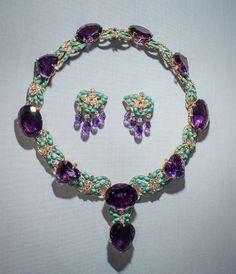 Parure Cartier en platine, diamants, améthystes et turqoises, ayant appartenue à Marjorie Merriweather Post http://www.vogue.fr/joaillerie/a-voir/diaporama/joaillerie-bijoux-cartier-de-marjorie-merriweather-post-exposition-hillwood-estate-museum-gardens-washington-dc/19183/image/1011538#!parure-cartier-en-amethystes-et-turquoises-de-marjorie-merriweather-post