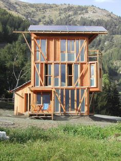 The small tower house with 3 bedrooms in 839 sq ft combines a rustic look with leading edge energy efficiency.