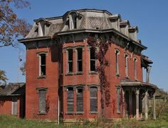 Abandoned Mudhouse Mansion in Lancaster, Ohio.