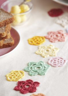 Free pattern for these pretty little crochet table decorations