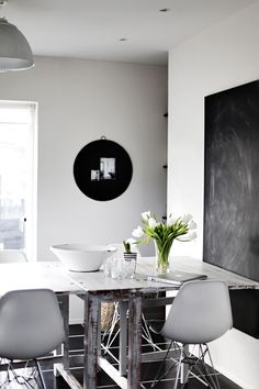 #interior #styling #dining #decor #BW #black #white #Eames #chalkboard
