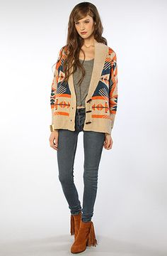 Hipster clothing for women can be more diverse, with floral dresses, vintage sunglasses, oversized tops and woolly hats being a mainstay of the aesthetic. Think vintage dresses teamed with cowboy boots, or skinny jeans worn with a long ripped sweater in a throwback slogan or retro print.