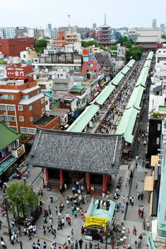 Kaminarimon Gate at Sensoji Temple. Nakamise Dori is the street leading to the temple with many gift shops. Asakusa, Tokyo, Japan.............v