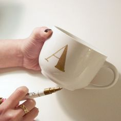 Make this Anthropologie-inspired monogram mug quickly and easily — makes a great gift too!
