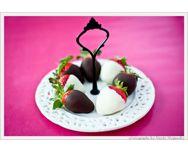Saint-Valentin - http://www.goosto.fr/recette-de-cuisine/fraises-chocolats-blanc-noir-10041478.htm