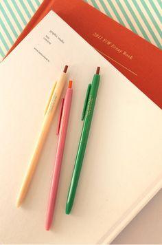 el boligrafo, la pluma; rosado, verde