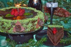 CAIETUL CU RETETE: Tort de ciocolata cu sos de zmeura