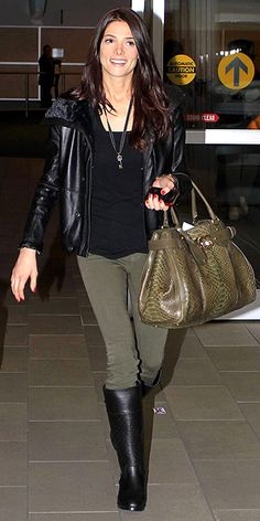 girl hair, celebrity style, bag, black boots, oliv, coiffur, airport style, black jacket, ashley green