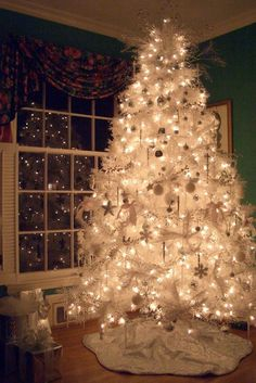 I don't usually love white Christmas trees, but this is gorgeous!