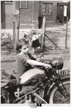 Petite fille á la moto
