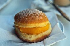 """So schmeckt Lissabon: Neues Food-Konzept in Portugals Hauptstadt   Dieses süße Prachtstück ist ein """"Bolas de Berlim"""" (Berliner Kugeln). Er ähnelt zwar unserem Berliner Pfannkuchen (oder Berliner oder Krapfen), wird aber immer mit einer gelben Füllung (der creme pasteleiro) zubereitet. Diese wird seitlich in einen Anschnitt gegeben, danach wird Zucker darüber gestreut. In nahezu jedem Bäcker Portugals sind die Berliner Kugeln zu finden.  Bola de Berlin, Portugal"""