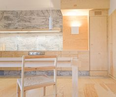 Superb combinaison of pinewood & white marble #kitchen via @Lili_Larchi