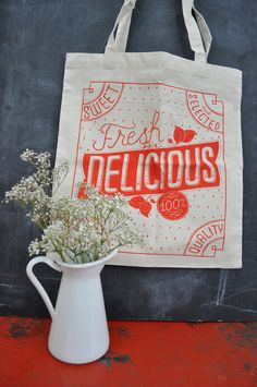 I love tote bags. And hand lettering. This is a happy marriage of the two with nice design to boot!