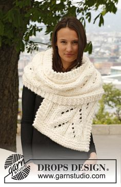 """Knitted DROPS scarf with lace pattern in """"Polaris"""". ~ DROPS Design"""