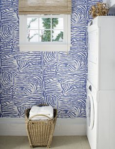 ♥ fun wallpaper in this laundry room