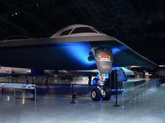 bombardero furtivo B-2 Spirit en el interior del hangar
