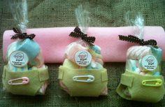 Pañales hechos de fieltro, con bolsitas llenas de marshmellows en tonos pastel, excelente regalo de agradecimiento en tu baby shower