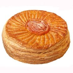 Galette aux écorces d'orange du Boulanger de Monge  Une galette au feuilletage léger et parfaitement doré au four, garnie d'une frangipane onctueuse aux zestes d'orange confits et à l'eau de rose.