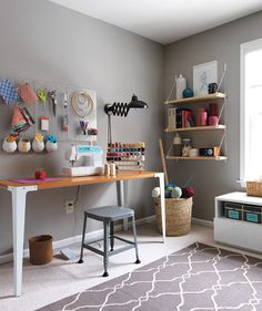 Decoração e organização de um espaço de costura.