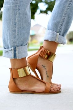 Love the sandals and the tattoo...but this whole blog is so stylish, too!  Links to all her clothes...she works at a fashion site.