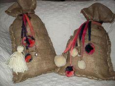 Bolsitas/almohadones con borlas pompones y cascabeles.
