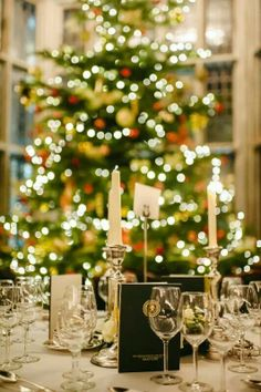 Christmas wedding table, beautiful! #Christmas #wedding #Christmaswedding #weddings www.bigdogpots.net  www.etsy.com/shop/bigdogpots