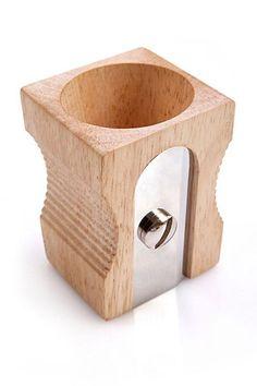 Lapicero de madera maciza y acero inoxidable, simula ser un sacapuntas gigante. $150 (pesos argentinos)