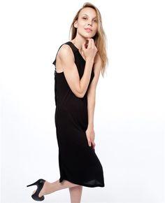 G.O.D.D Design Siyah Elbise ile şıklığınıza farklı bir boyut kazandırın.  Sırt dekolteli elbise Tek omuz elbise Sırt dekoltesinde yer alan deri, geri dönüşüm özelliğine sahip araba lastiğinden üretilmiştir. Asimetrik elbise Diz altı elbise G.O.D.D Design siyah sırt dekolteli elbise, gece davetlerinizin vazgeçilmezi olacak.