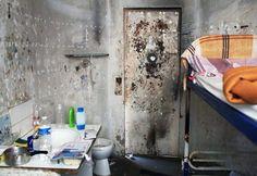 """Le contrôleur des prisons, Jean-MarieDelarue,a visité le centre pénitentiaire desBaumettesdu 8 au 19 octobre. Il a publié jeudi 6décembre une série de clichés de l'intérieur, pris par le photographeGrégoireKorganow. Face à""""l'état désastreux"""" de la prison, une procédure d'urgence a été lancée."""