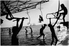 Swings. Baku, Aserbaidschan, 1998  |  © Andrea Hoyer