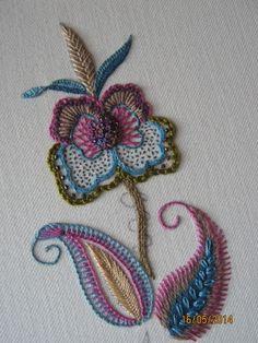 Motif floral style crewel http://stitchinfingers.ning.com/photo/scrumptious-stitchery?context=latest