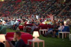Tifosi e divani allo stadio di Berlino - Il Post #istallazioni #calcio #sport #mondiali #germania
