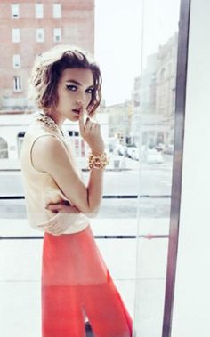 skirt, vogue, cat eye, messy hair, style