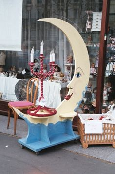 Moon, flea market Paris