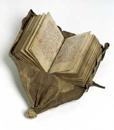 Libro en Faja, una encuadernación de los siglos XV y XVI. Tiene una cobertura extendida de cuero suave que termina en un nudo,  para que pueda ser colgado de la cintura y pueda ser girado hacia arriba para leer mientras seguía conectado a la correa. El manuscrito es de naturaleza legal - la Ley de Jutlandia. Probablemente fue útil para los jueces y representantes de la ley que viajaban. El libro: 13 x 9,6 cm. Encuadernación: 30 cm de largo.