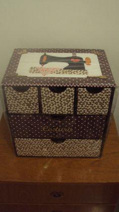 Minha caixa de costura, toda forrada em tecido e com máquina de costura em patchwork embutido...