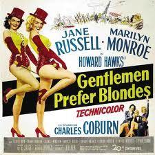 Los caballeros las prefieren rubias (1953) de Howard Hawks. Interpreta a una bailarina que busca un marido millonario. Canta el famoso tema Diamonds Are a Girl´s Best vestida con un elegantísimo traje rosa rodeada de caballeros vestidos con frac, años después Madonna rodaría un video-clip muy popular emulando a Marilyn.