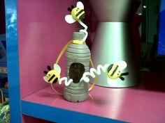 panal de abejas con una botella de plástico PET; abejas con taparoscas.