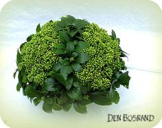 Bloemstukje maken met wintergroene planten uit de tuin bloemschikken eenvoudig bloemstuk