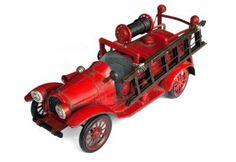Antiguo coche de bomberos de hojalata