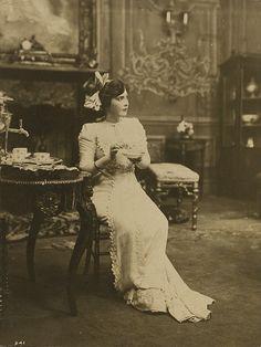 A richly elegant image of Edwardian actress Fannie Ward enjoying a spot of tea. #actress #vintage #Edwardian #Fannie_Ward #1900s #tea #elegant