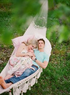 I love this family photo taken in a hammock. {Family Photo Session Ideas} {Photography Inspiration} {Newborn}