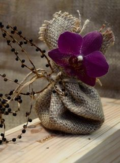 **Lovely party favors, gift bags, idea, wedding favors, burlap flower, gift wrapping, gifts, burlap bags, ana rosa