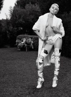 Miley Cyrus Topless In V Magazine  http://prutsfm.nl/prutsfm/index.php/beroemd-bloot/miley-cyrus-topless-in-v-magazine