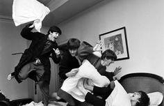 A fotografia mostra os Beatles durante uma guerra de travesseiros em 1964. Foi feita pelo fotógrafo Harry Benson, no hotel George V, em Paris. Fotografia: Harry Benson