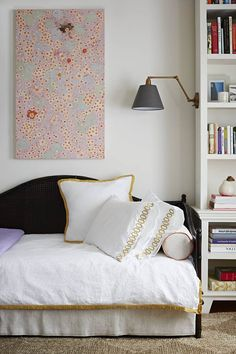 decor, idea, studios, studio apartments, sconc, bedsid lamp, small space, bedroom, domino magazin
