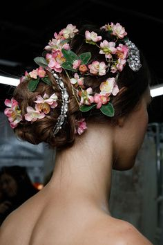 Transform your bridal chignon into a bouquet with lots of small flowers! #weddingbeauty #bridal #wedding