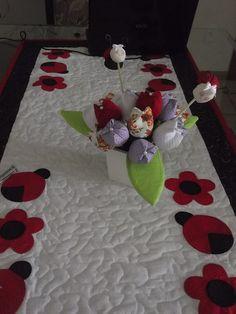 trilho de mesa de joaninhas em patchwork, via Flickr.